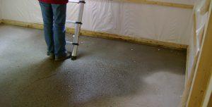 image d'une flaque d'eau dans la maison en bois, défaut de construction, expertisée par ACTE, expert immobilier pour les particuliers