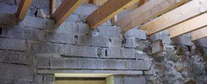 des parpaings à la place de pierres de granit sur un chantier de rénovation